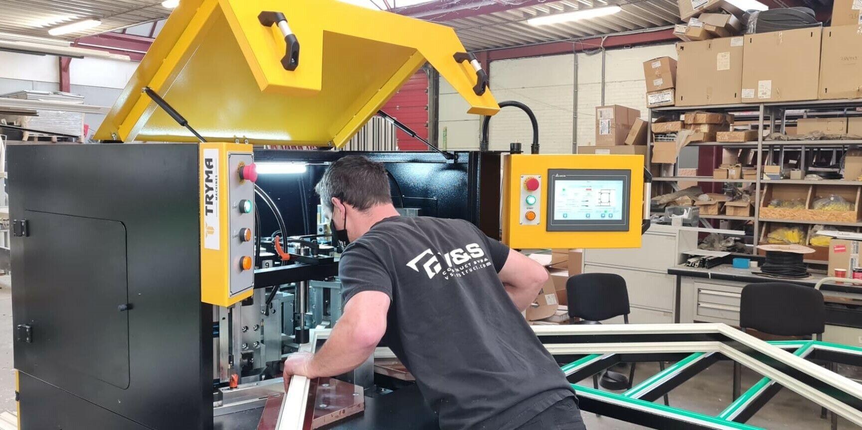 Installatie van CNC gestuurde 1-kops hoekenpers bij V&S construct